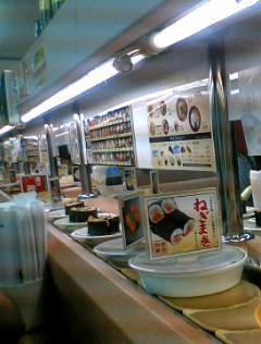 Ikväll åt vi middag på en sushi-restaurang. Man tager helt sonika den  tallrik som man behagar när de åker förbi på rullbandet. Priset per tallrik  är 105 yen ... 9d22044298d45