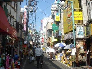 [laddar bild: En huvudgata i Shimokitazawa.]